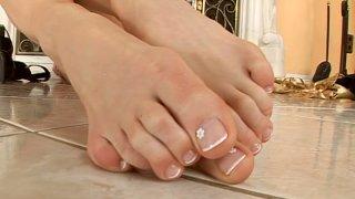 鳞翅目展示了她整洁的脚并且吮吸了她的脚趾