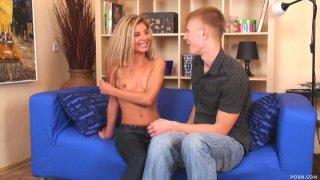 漂亮又瘦瘦的金发女郎凯蒂变得赤裸裸地吹着乔治的家伙
