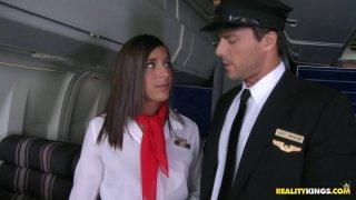 熟练的空姐Mischa在最高级别为她的客户服务。
