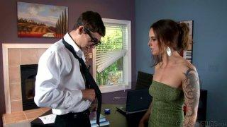 Johnny Torque满足了她的老板Krystal Main的性需求