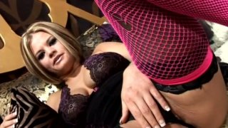 性感的emo娃娃Nikki Grind用口交为热舔阴回报