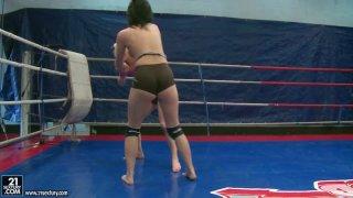 金发与布鲁内特。 Paige Fox与一个黑发女孩战斗