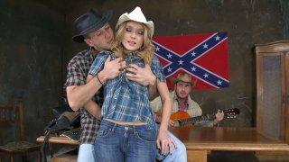 弯曲的金发女牛仔Nataly Von被两个牛仔剔骨