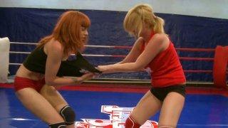 热情的母狗萨菲拉怀特和她的朋友正在拳击台上作战