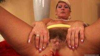 诱人的成熟荡妇Berna在独奏视频中自慰