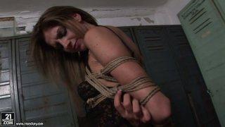 诱人的和淫的母狗Kathia Nobili和Bambi在更衣室玩脏游戏