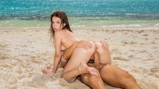 异国情调的宝贝在海滩上砰砰作响