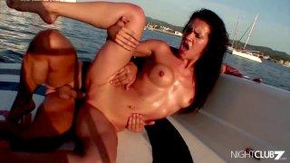 在使用她之后,Dude抛弃了Whore Boat