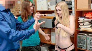 白肤金发的女朋友在她的失败者男朋友面前受到惩罚