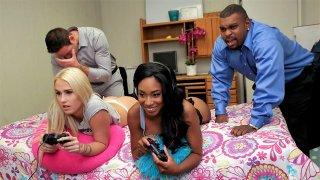 Layla Love和她的乌黑黑发朋友在一个四人他妈的节日