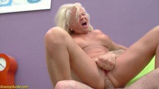 性感的金发女郎73岁的奶奶喜欢她的第一个粗糙的大公鸡和性教训