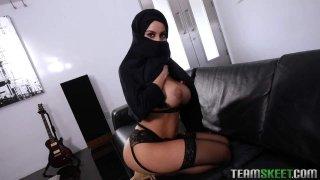 丰满的阿拉伯青少年违反她的宗教