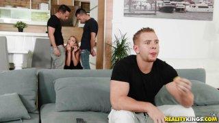 他放荡的女朋友和他最好的两个朋友欺骗了他