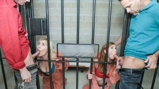 犯罪的女儿在监狱里遇到他们的父亲
