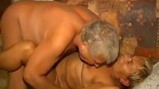 Omapass奶奶和爷爷正在享受性爱