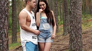 杜鹃在树林里