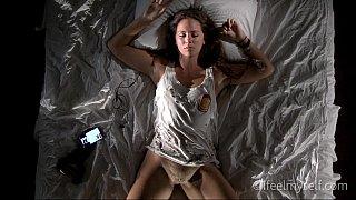 角质女孩在床上摩擦她的阴蒂