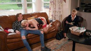 英国妈妈Amber Jayne正在吸吮巨大的阴茎