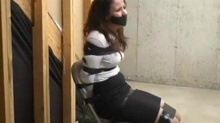 裙子和高跟鞋的女人贴在椅子上